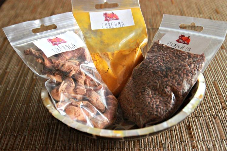 Curcuma en poudre, racines de galanga et graines de lin iles aux épices